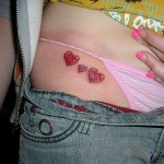 tatouage de petits coeurs sur la hanche