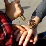 Tatouage au henné par une artiste de rue