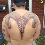 Modèle de tatouage de bélier pour le dos le long de la colonne