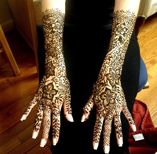 Tatouage henn sur les mains les pieds symbolique - Dessin de henne pour les mains ...