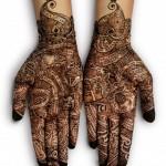 Tatouage au henné sur la paume des mains