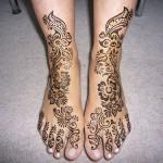 Tatouage au henné sur les pieds et les chevilles