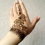 tatouage au henné sur les poignet et les mains