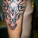 Modèle de tatouage de tête de taureau tribale stylisée