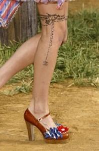 Tatouage temporaire Chanel pendentif