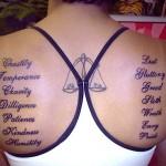 Modèle de tatouage de balance dans le dos pour femme