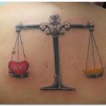 Modèle de tatouage de balance symbolique