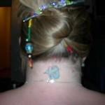 Modèle de tatouage de capricorne sur la nuque pour femme