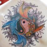 Modèle de tatouage de poissons et symbole yin yang