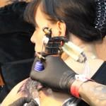Un tattoo de fleur sur l'épaule en détail, par Cris Tattoo 83, du Var