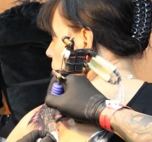 Un tattoo de fleur sur l'épaule en détail