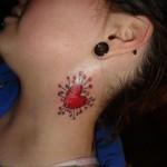 Tatouage de coeur dans le cou pour femme
