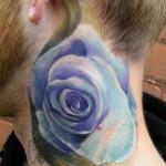 Tatouage de fleur en couleur sur le cou