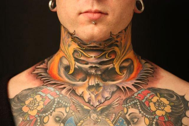 tatouage cou mod les de tattoos sur le cou pour femme et homme tattoo tatouages com. Black Bedroom Furniture Sets. Home Design Ideas