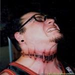 Tatouage original dans le cou