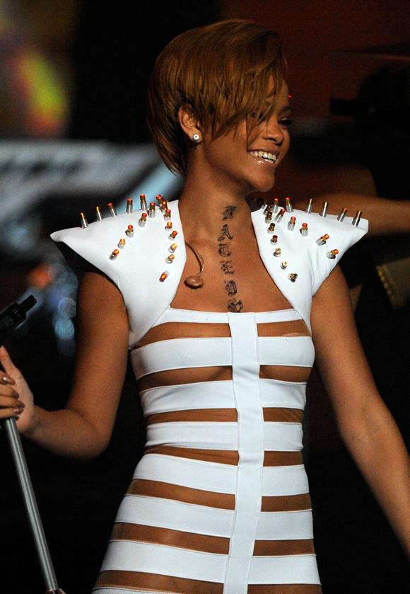 Tatouage dans le cou de Rihanna