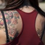 Tatouage de fleurs sur l'épaule