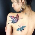 Modèle de tatouage de papillon sur l'épaule pour femme