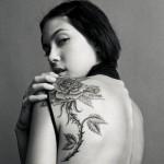 Modèle de tatouage de rose sur l'épaule pour femme