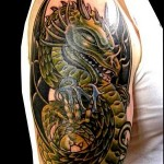 tatouage de dragon en couleurs sur l'épaule