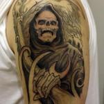 tatouage de faucheuse sur l'épaule