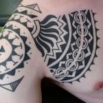 tatouage tribal polynésien sur l'épaule pour homme
