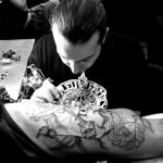 Un tatouage sur la cuisse chez les tatoueurs grecs