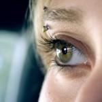 Piercing à l'arcade sourcilière pour femme