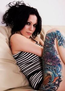 Tatouage sur la cuisse d'une femme