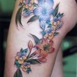 Tatouage de fleurs sur la cuisse