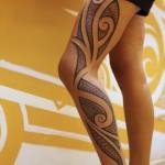 Tatouage polynésien sur la cuisse et la jambe