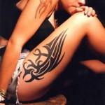 Tatouage tribal sur la cuisse pour femme