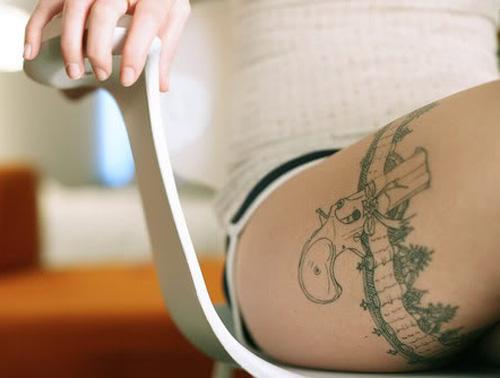 Tatouage sur la cuisse original pour femme