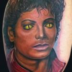 Tatouage de Michael Jackson en couleur sur le bras