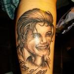 Tatouage de Michael Jackson avec inscription King of pop