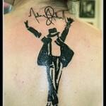 Tatouage de Michael Jackson avec silhouette et signature