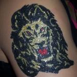 Tatouage en paillettes lion en couleurs