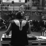Le DJ du tattoo art fest trône sur la salle