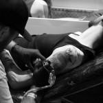 Tatto en cours sur l'épaule
