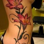 Tatouage de fleurs sur la hanche d'une femme
