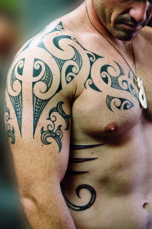 Photo tatouage image tatouage galerie de photos de - Tatouage tribal epaule homme ...