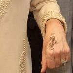 Le tatouage au henné sur la main de camilla parker bowles
