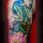 tatouage de femme en couleur : paon et lotus