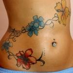 Photo de tatouage de fleurs sur la hanche
