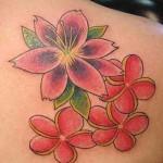 Photo de tatouage de fleur sur l'epaule