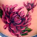 tatouage de fleur de lotus sur la hanche