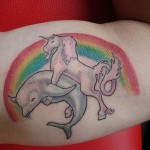 Tatouage insolite de licorne et de dauphin