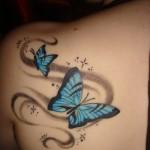 tatouage de papillon sur l'epaule