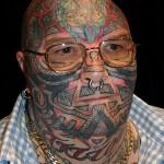 Tatouage intégral sur le visage