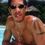 Tatouage feuille de cannabis sur l'épaule de joey starr